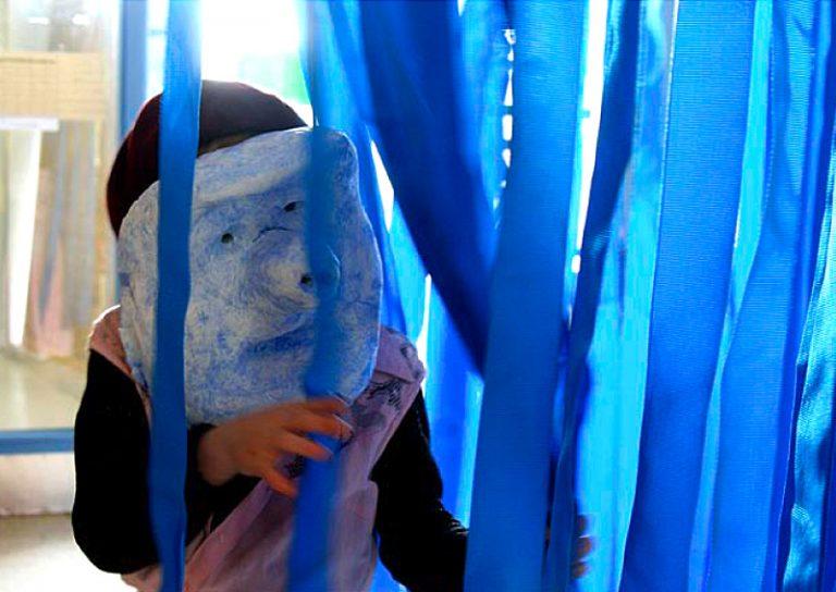 Farbiges Theater: Maskenspiel